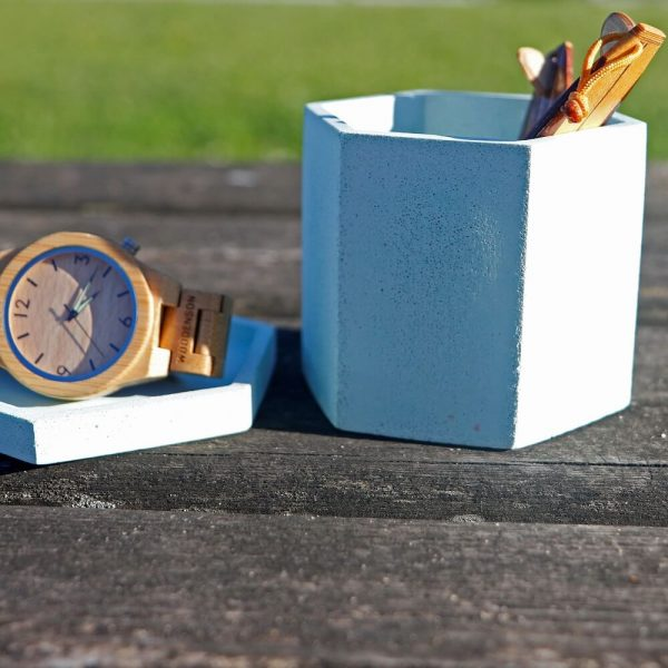 Maceta de hormigón con forma de hexágono color azul